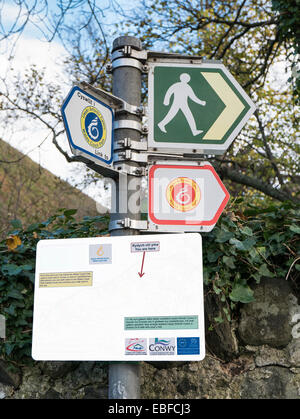 Footpath signpost for Wales Coast Path and link with a local map showing position. Dwygyfylchi Penmaenmawr Conwy - Stock Photo