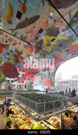 Market Hall Rotterdam, Rotterdam, Netherlands. Architect: MVRDV, 2014. View through hall with market stalls. - Stock Photo