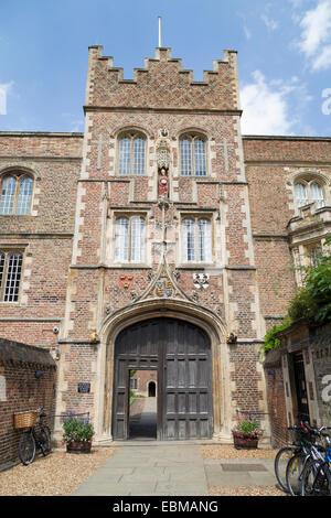 UK, Cambridge, the entrance to Jesus College. - Stock Photo