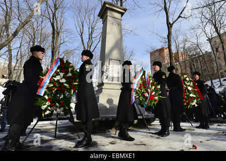 Vladivostok, Russia. 3rd Dec, 2014. Russian Navy officers lay wreaths, on Unknown Soldier Day, at a memorial dedicated - Stock Photo