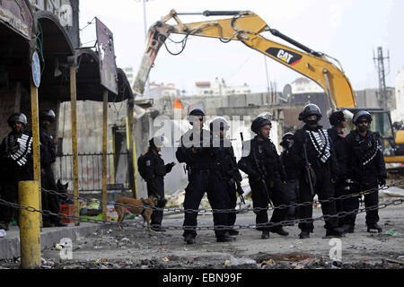 Shuafat, Jerusalem, Palestinian Territory. 3rd Dec, 2014. Israeli security forces stand guard while construction - Stock Photo