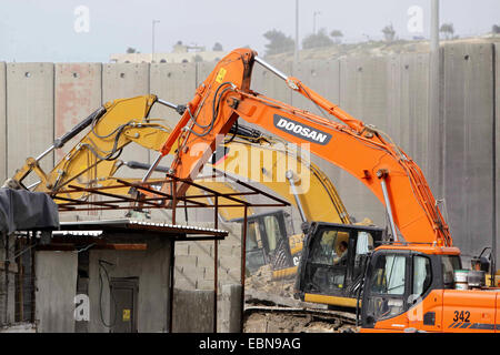 Shuafat, Jerusalem, Palestinian Territory. 3rd Dec, 2014. Construction vehicles under the supervision of Israeli - Stock Photo