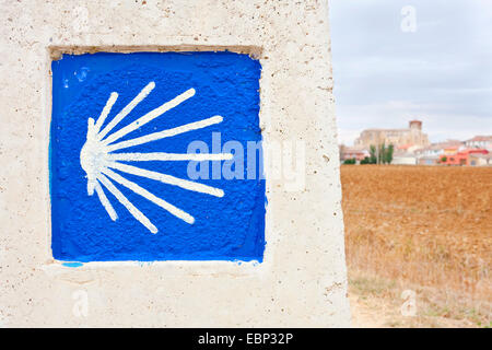 Way of St. James, direction sign with pilgrim's shell; view onto Villalc�zar de Sirga in direction of Villovieco, - Stock Photo