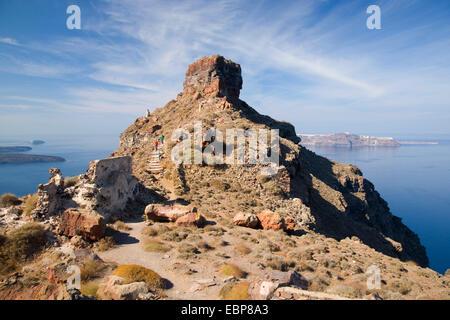 Imerovigli, Santorini, South Aegean, Greece. Skaros Rock towering above the caldera, visitors on steps to the summit. - Stock Photo