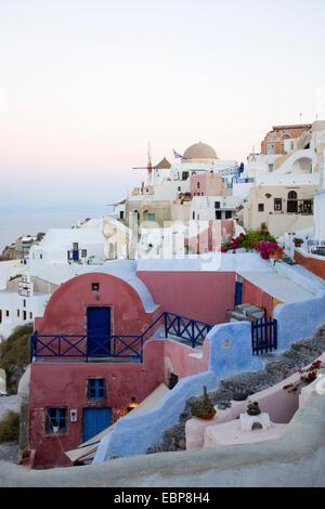 Ia, Santorini, South Aegean, Greece. Colourful houses clinging to hillside above Ammoudi Bay. - Stock Photo
