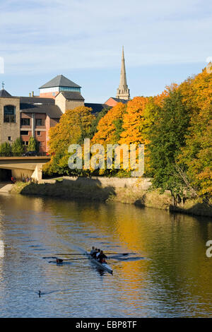 Durham, County Durham, England. View along the River Wear, autumn, female rowers in training. - Stock Photo