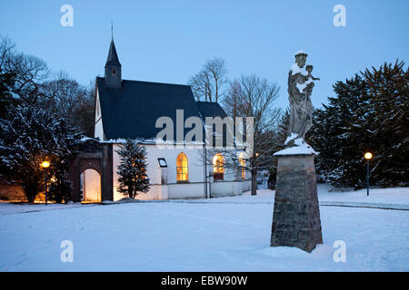 illuminated chappel of Herten castle in winter at blue our, Germany, North Rhine-Westphalia, Ruhr Area, Herten - Stock Photo