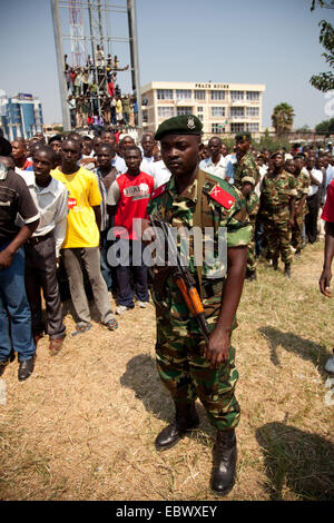 armed soldiers in front of a crowed of people during an event at the Independence Day (Juli 1), Burundi, Bujumbura - Stock Photo