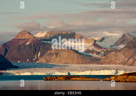 view from Ny Alesind ober a glacier to Dronningfjella, Norway, Svalbard, Kongsfjord, Ny Alesund - Stock Photo
