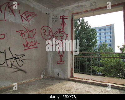 abandonned appartment with graffitis on the wall in a run down housing estate, Germany, Saxony-Anhalt, Magdeburg - Stock Photo