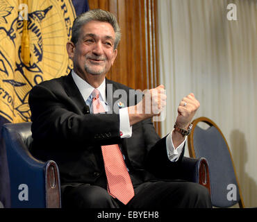 Washington, DC, USA. 5th Dec, 2014. 20141205 - Washington Capitals owner Ted Leonsis speaks with NHL Commission - Stock Photo