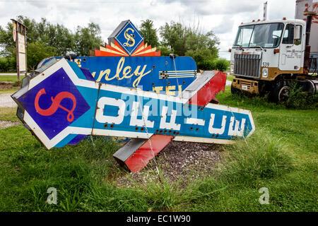 Illinois Staunton Main Street Historic Route 66 Henry's Ra66it Ranch old signs Americana rabbit - Stock Photo