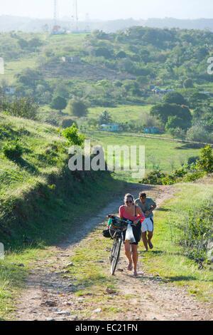 Dominikanische Republik, Halbinsel Samana, Los Galeras, Radfahrer auf dem Weg zum Restaurant El Monte Azul bei der - Stock Photo