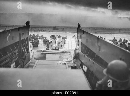 US soldiers from Company E, 16th Infantry, 1st Infantry Division wade ashore onto the Fox Green section of Omaha - Stock Photo