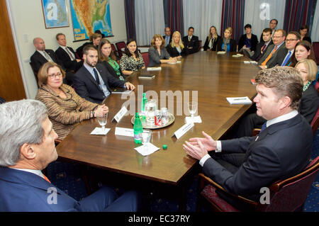 U.S. Secretary of State John Kerry, flanked by U.S. Ambassador to the United Kingdom Matthew Barzun and Embassy - Stock Photo