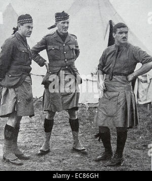 Photograph of a Canadian Scottish soldier with two British Highland regiment soldiers during World War One. Dated - Stock Photo