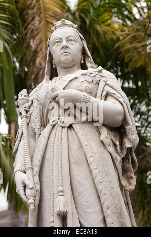 Mauritius, Port Louis, Royal Road, statue of Queen Victoria outside Government House - Stock Photo