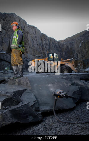 Quarryman Dave Cowerd splits some Kirkby Stone at Burlington Slate ltd in Cumbria, United Kingdom. - Stock Photo