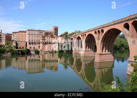 Pont du 22 Aoüt 1944 Brick Bridge & The Albigeois Water Mills on the River Tarn Albi Tarn France - Stock Photo