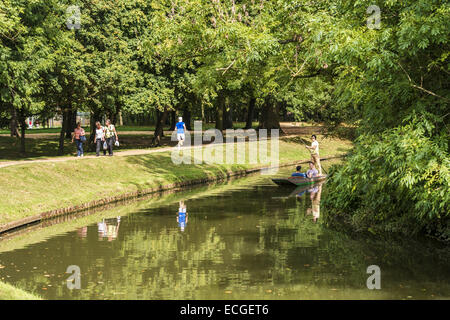 Students punting on the River Cherwell, Oxford. Punting is a famous Oxford University activity enjoyed by students - Stock Photo