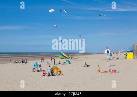 France, Nord, Bray Dunes, holidaymakers on the beach - Stock Photo