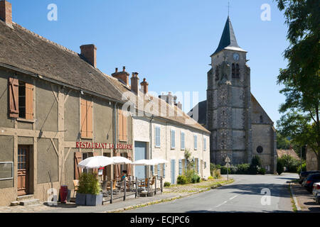 France, Essonne, Saint Cyr sous Dourdan, rue de l'eglise, Chuch of St Cyr and Sainte Julitte - Stock Photo