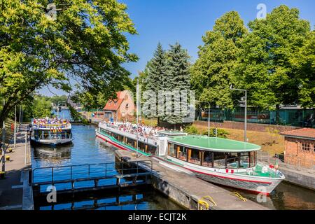 Germany, Berlin, East Berlin district of Kreuzberg, a canal lock at Landwehrkanal with the River Spree