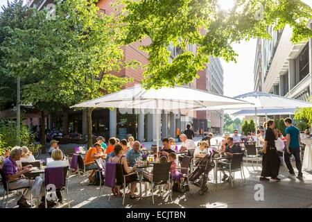 Germany, Berlin, Mitte, cafe and restaurant in alleys of the Potsdamer Platz Arkaden shopping mall opened in 1998 - Stock Photo
