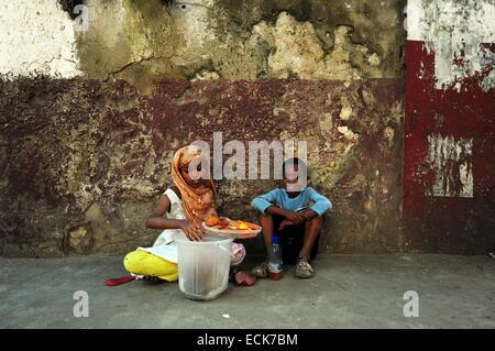 Kenya, Lamu archipelago, Lamu children selling food - Stock Photo