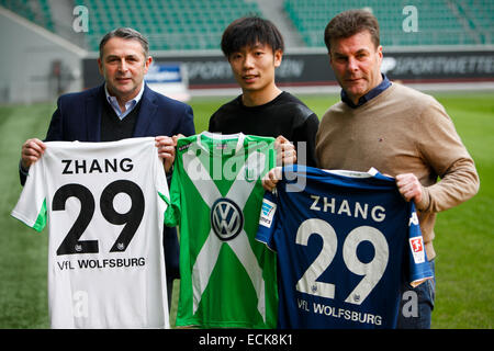 (141216) -- WOLFSBURG, Dec. 16, 2014 (Xinhua) -- Zhang Xizhe (C) of China, Wolfsburg's head coach Dieter Hecking - Stock Photo