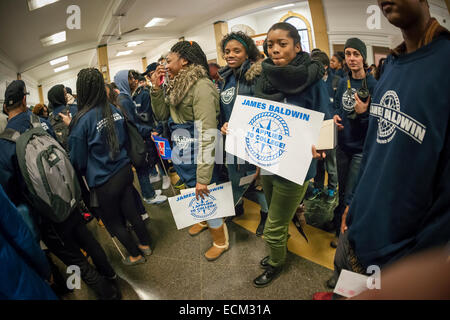 College bound students from the NYC Outward Bound James Baldwin School, cheered on by their classmates, march to - Stock Photo