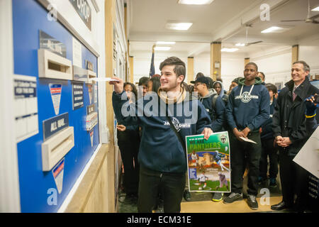 College bound students from the NYC Outward Bound James Baldwin School, cheered on by their classmates, mail their - Stock Photo