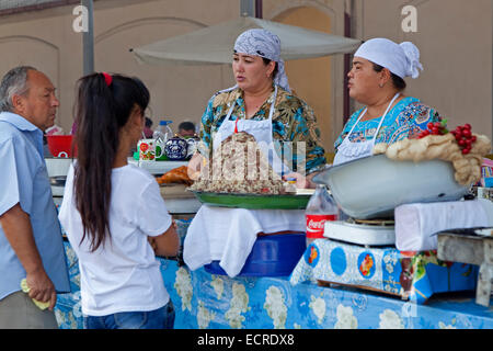 Women selling naryn / norin, Uzbek pasta dish of fresh hand-rolled noodles and horse meat, Chorsu Bazaar, Tashkent, - Stock Photo