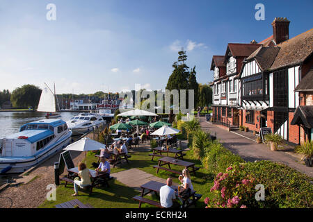Swan Inn by the River Bure at Horning, Norfolk - Stock Photo