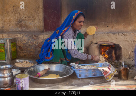 http://l450v.alamy.com/450v/ecrj11/indian-women-cooking-on-firewood-wearing-jewelry-and-saree-outside-ecrj11.jpg Indian Woman Cooking