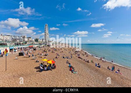 PEOPLE AT THE BEACH IN BRIGHTON, SEASIDE RESORT, COASTAL RESORT, SUSSEX, ENGLAND, GREAT BRITAIN - Stock Photo
