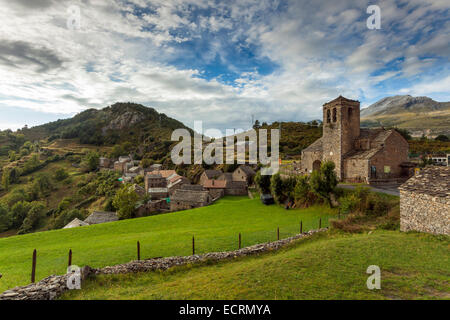The village of Tella in the Pyrenees mountains near Tella, Huesca, Aragón, Spain. St Martin's church. - Stock Photo