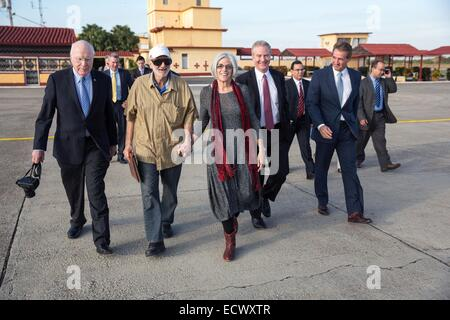 USAID contractor Alan Gross, imprisoned in Cuba for five years, walks to an awaiting aircraft with his wife Judy - Stock Photo