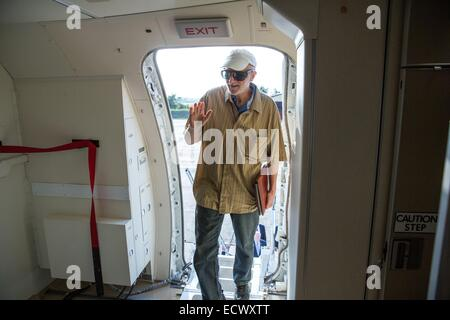 USAID contractor Alan Gross, imprisoned in Cuba for five years, waves as he boards a government airplane following - Stock Photo