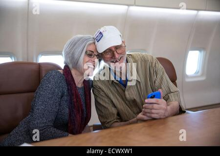 USAID contractor Alan Gross, imprisoned in Cuba for five years, takes a selfie with his wife Judy onboard a government - Stock Photo