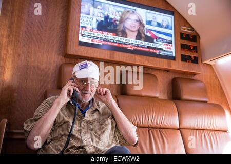 USAID contractor Alan Gross, imprisoned in Cuba for five years, speaks with President Barack Obama by phone from - Stock Photo