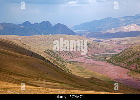 Riverbed along road over the Irkeshtam pass, border crossing between Kyrgyzstan and Xinjiang, China - Stock Photo