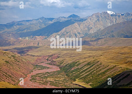 Riverbed and mountains along the Irkeshtam pass, border crossing between Kyrgyzstan and Xinjiang, China - Stock Photo