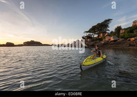 France, Cotes d'Armor, Perros Guirec, Ploumanac'h, kayak along the beach Saint Guirec in the coast of Granit Rose - Stock Photo