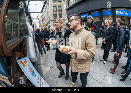 Hordes of foodies queue up at the Snowday truck in New York on Wednesday, December 17, 2014 to celebrate National - Stock Photo