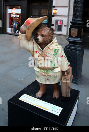 London, UK. 19th Nov, 2014. Photo taken on Nov. 19, 2014 shows a Paddington Bear statue in Piccadilly Circus in - Stock Photo