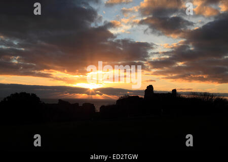 UK Weather Hastings, East Sussex, UK. 24th December 2014. The rays of the setting sun over Hastings Castle on Christmas - Stock Photo