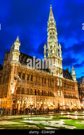 Bruxelles, Belgium. Night image with Grand Place (Grote Markt) and Hotel du Ville, town hall built in 1449. - Stock Photo