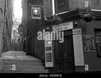 Halfway House Pub, Fleshmarket Close, Edinburgh City, Scotland, UK in Monochrome - Stock Photo