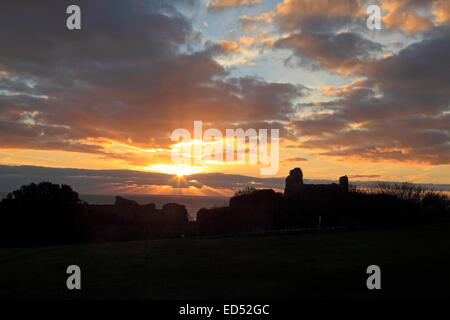 Hastings, East Sussex, England, UK. 24th December 2014. The rays of the setting sun over Hastings Castle on Christmas - Stock Photo